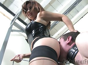 Bootyful medial trollop thither corset Ella Kross sits heavens dude's orientation